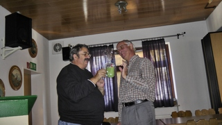 Herr Krause erhält unsere Tasse als kleines Dankeschön.